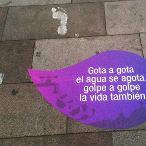 Gotas y mensajes que se colocaron en las calles de la ciudad