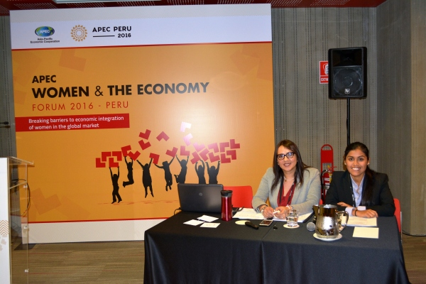María del Pilar Durand y Jazmín Ponce, presentadoras