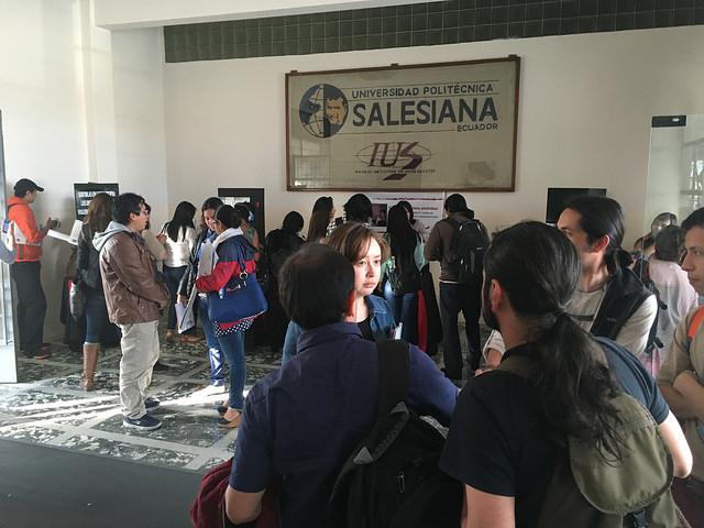 """Estudiantes viendo la exposición """"Con más de 5 sentidos"""""""