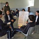 """En la sesión 1 """"Diferentes pero iguales"""" los estudiantes aprenden identificar estereotipos y roles de género tradicionales y las manifestaciones de inequidad que causan violencia contra las mujeres."""
