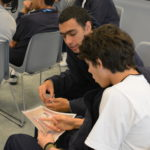 Estudiantes hablando sobre una situación violenta.